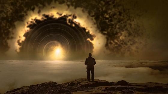 Человек смотрит на свет в портале (фантазия)