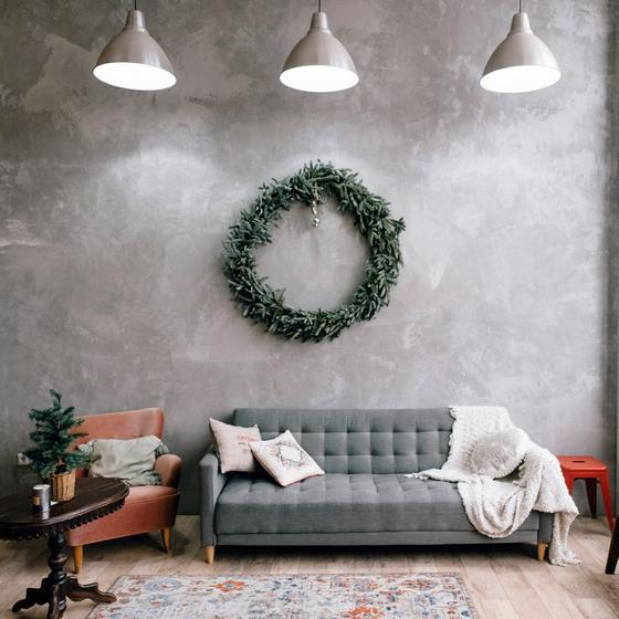 Венок на стене
