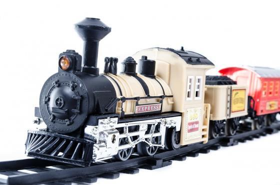 Игрушечный поезд едет по железной дороге
