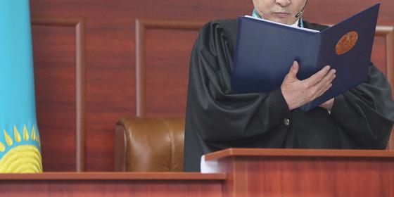 Ограбивших курьера обменника приговорили к 7 годам тюрьмы в Алматы