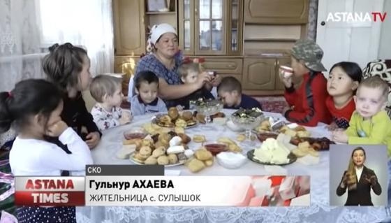 Многодетная семья сидит за столом в СКО