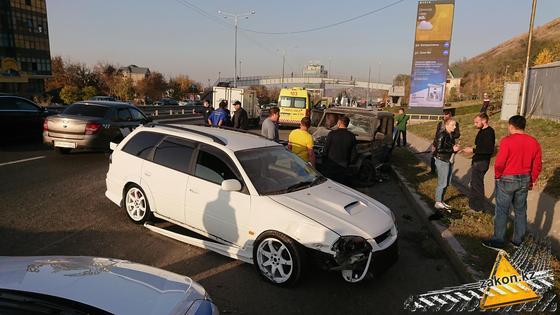 """Белая """"Тойота"""" после аварии"""