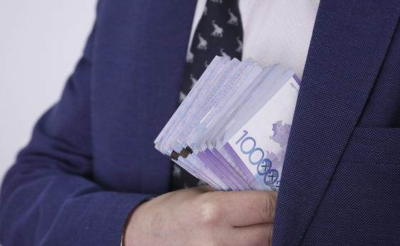 Проект указа Токаева: Чиновников будут проверять на склонность к коррупции