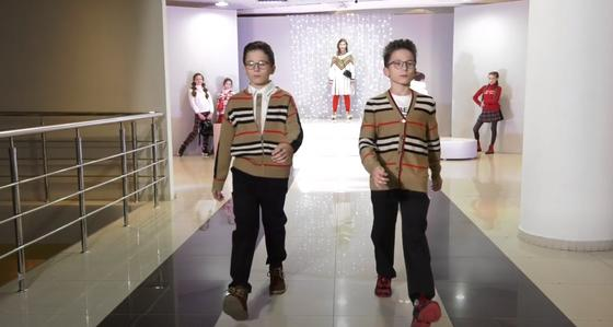 Мальчики-подростки демонстрируют на подиуме одежду