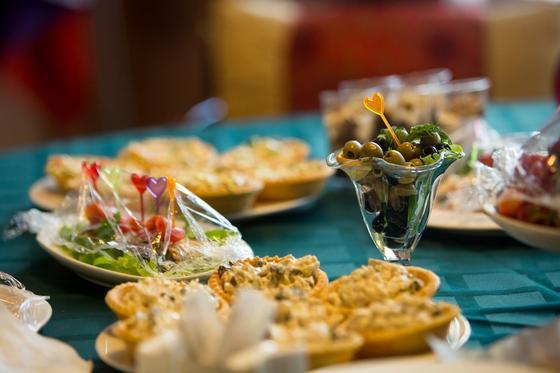 Тарталетки с начинкой на праздничном столе
