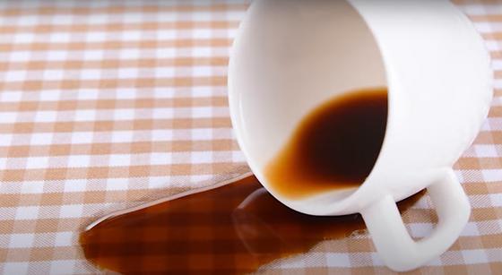 Пролившийся на скатерть кофе