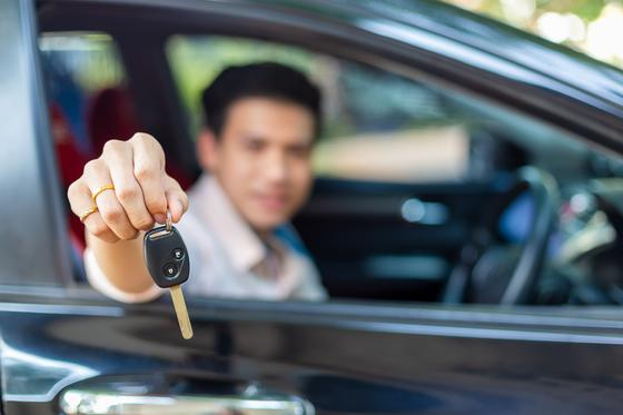 Водитель протягивает ключи от машины