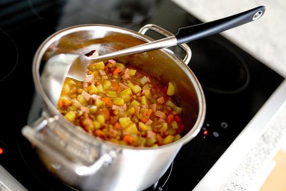 Чечевичный суп в кастрюле с половником