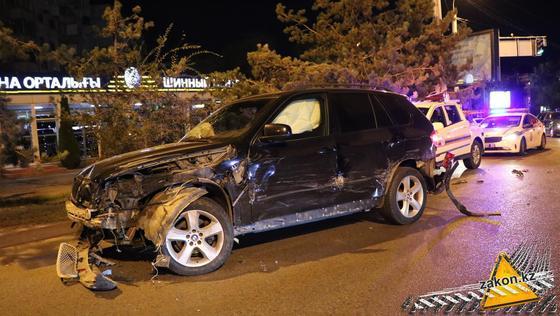Поврежденная машина стоит на дороге