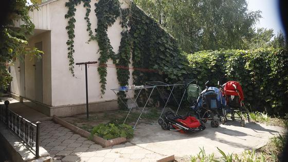 Коляски стоят во дворе