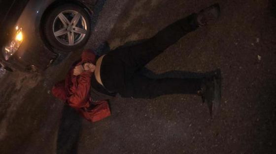 задержанный мужчина лежит на земле