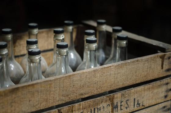 Массовое отравление суррогатным алкоголем в Индии: 130 погибших