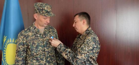Военнослужащего Нацгвардии Казахстана , спасшего девочку в аэропорту Киева, наградили медалью