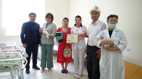 В рамках «Национального дня домбры» в подарок преподносится священная домбра