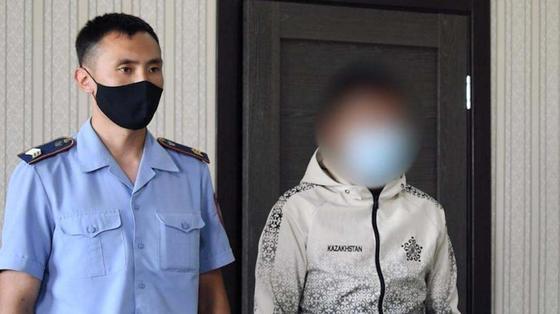 Задержанный стоит возле полицейского