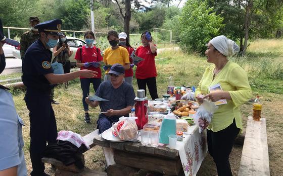 Алматинцы устроили массовые пикники в горах во время карантина