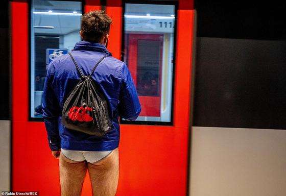 Пассажиры метро по всему миру массово сняли штаны