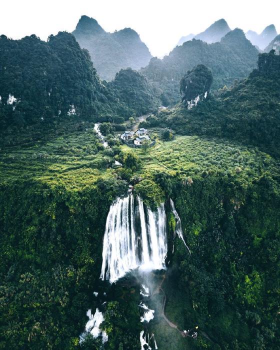 Водопад среди гор и растительности