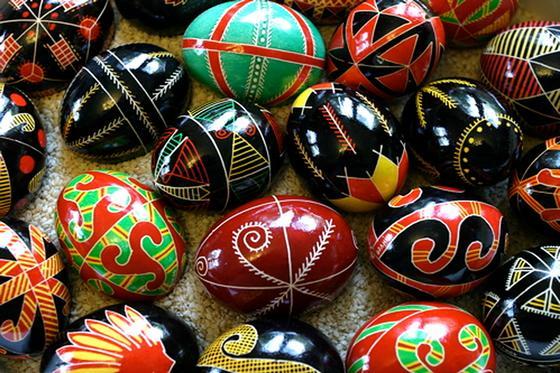 Расписанные орнаментами яйца