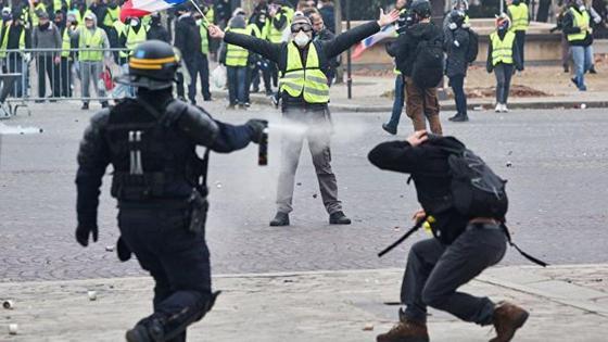 Тяжелая бронетехника вошла в охваченный беспорядками Париж (фото, видео)