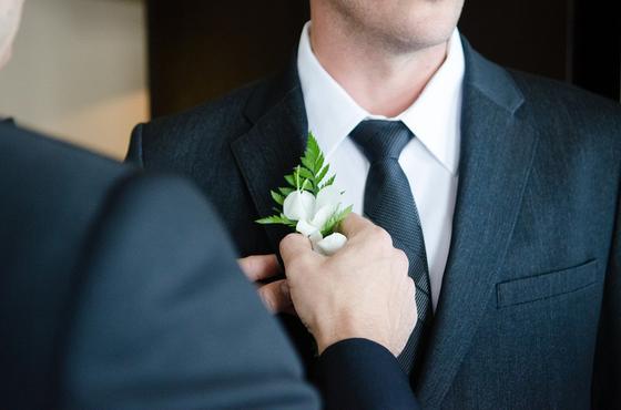 Жених готовится к свадьбе