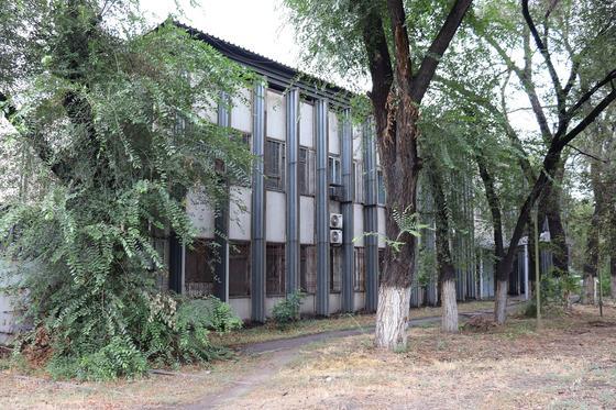 Здание с прилегающим земельным участком площадью 0,0746 га