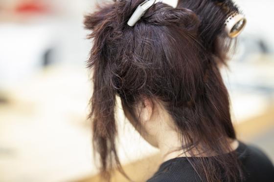 Девушке делают укладку волос