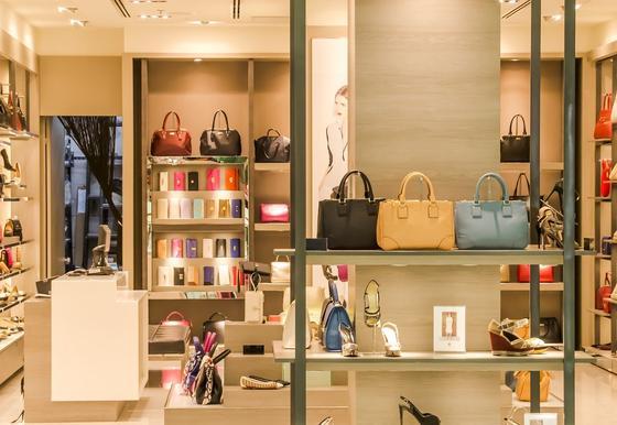 Полки в магазине сумок