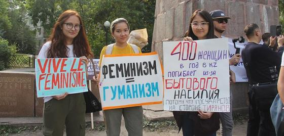 «Все сексисты пусть убьются, феминистки не сдаются»: О чем говорили девушки на митинге