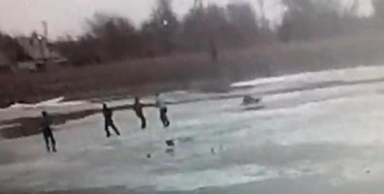 Полицейские спасли мужчину на реке Есиль