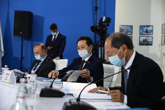 Участники конференции сидят за столом