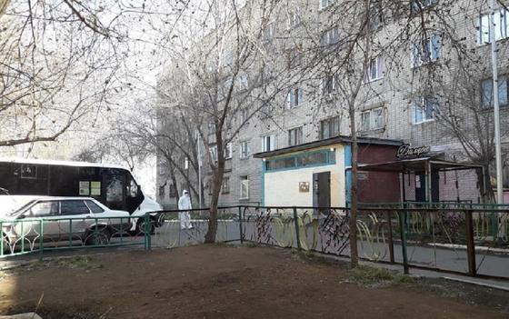Балаларға жолатпаған: Дәрігерлерге пышақ ала жүгірген Павлодар тұрғыны ұсталды