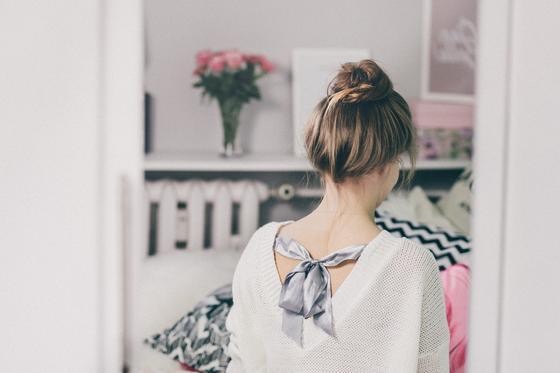 Девушка стоит спиной