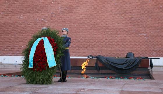 Токаев, Масимов и Тасмагамбетов склонили головы у Вечного огня в Москве (фото)
