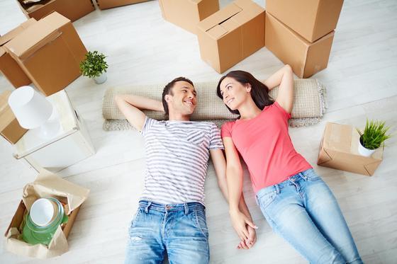 Семейная пара в новой квартире