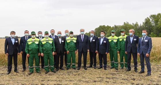 Касым-Жомарт Токаев на совместном фото с руководителями сельхозформирований и механизаторами