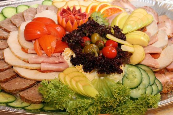 Нарезка мяса, овощей и фруктов