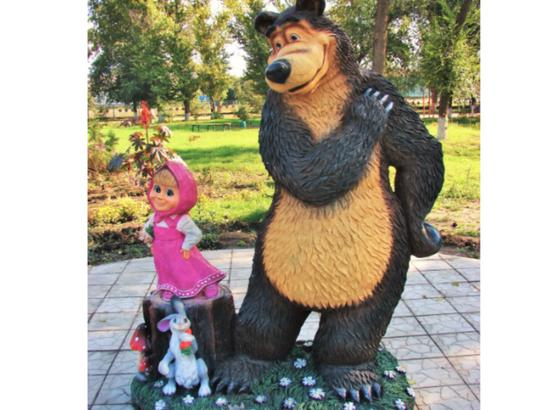 Скульптура: медведь, девочка и заяц