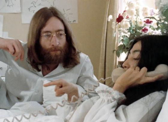 Джон Леннон и Йоко Оно в пижамах