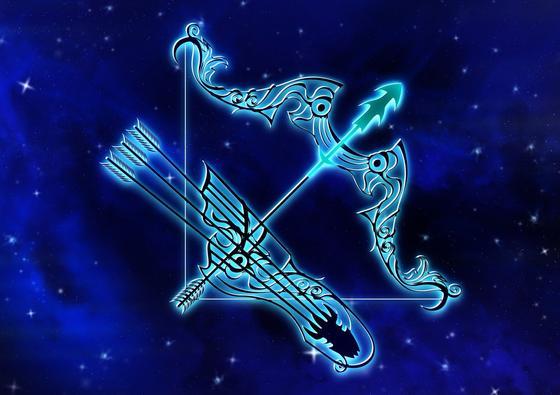 Знак зодиака Стрелец на синем фоне