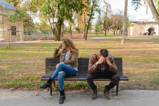 Женщина и мужчина на скамейке