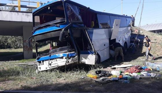 Рейсовый автобус с пассажирами упал с моста в Алматы (видео)