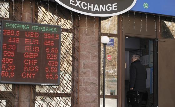 Нацбанк установил пределы отклонения курса покупки и продажи тенге в обменных пунктах
