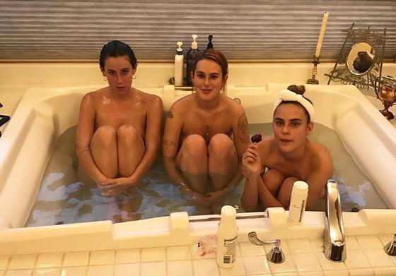 Дочки Брюса Уиллиса и Деми Мур отметили Новый год голыми в ванне