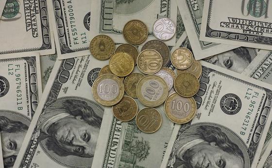 Доллар на бирже стоит 434 тенге за единицу
