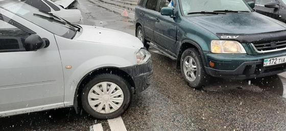 Водитель пострадал в массовой аварии: 6 машин столкнулись в карантинном Алматы (фото)