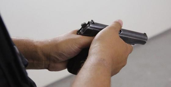 Алматинца при выходе из обменника ранили из пистолета и ограбили