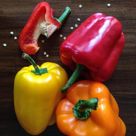 Болгарский перец разного цвета на столе