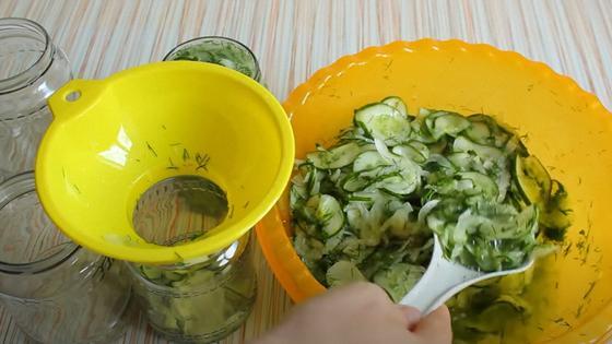 Салат из миски выкладывают ложкой в банку