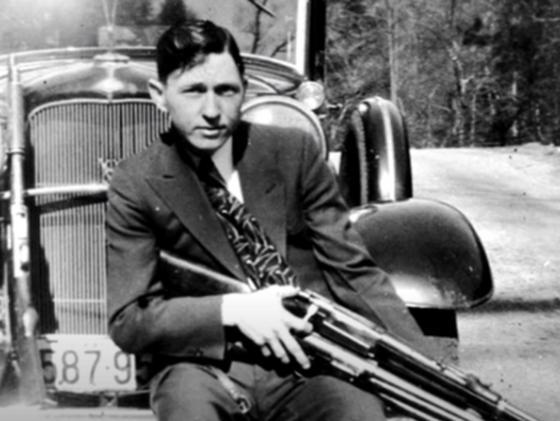 Клайд с оружием перед машиной